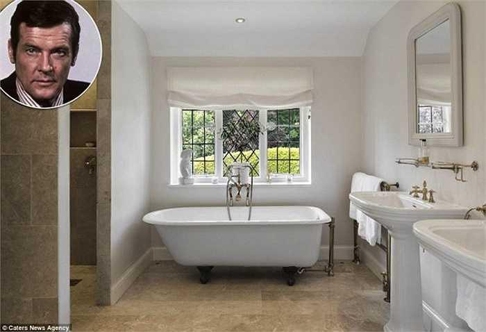 Phòng tắm mang phong cách làng quêcủa ngôisao James Bond, Roger Moore, 88 tuổi ởSherwood,Buckingham. Chàng điệp viên người Anh thích phong cách đơn giản, vật dụng trang trí dùng màu trắng làm chủ đạo và cómột cửa sổ nhìn ra ngoài vườn.