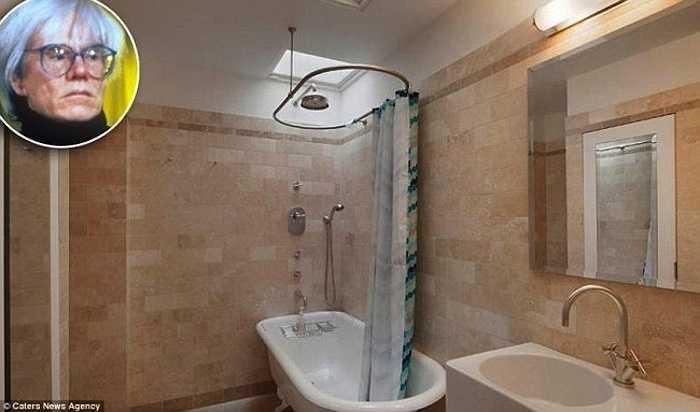 Phòng tắm đơn giản của họa sỹAndy Warhol ởNew York, mang phong cách làng quê nhưng tiện dụng và xây dựng tốn kémvới đá ốp lát tường bằng cẩm thạch.