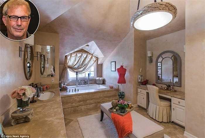 Khi nhìn vào phòng tắm của nam diễn viên60 tuổi, Kevin Costner, người ta sẽ tự hỏi đây là phòng tắm hay phòng khách. Nó được trang hoàng đầy đủnội thất tiện nghi và sang trọng. Ngoài bồn tắm nằm, Costner còn xây dựng thêm cabin cho tắm đứngbằng thủy tinhvới vòi sen cao cấp.