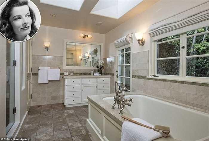 Phòng tắm của nữ diễn viên quá cốKatharine Hepburn mang vẻ đẹp thuần khiết, dịu dàng, nằmtrong ngôi biệt thự cổ ởLos Angeles của cô. Phòng tắm củaKatharine được lát đá xung quanh, sàn đá cẩm thạch,bồn tắm nước nóngkhổng lồ để ngâm mình như ở spa. Ngoài ra, phòng tắm thiết kế thêm các bức tường bằng kính tạo cảm giác rộng rãi.