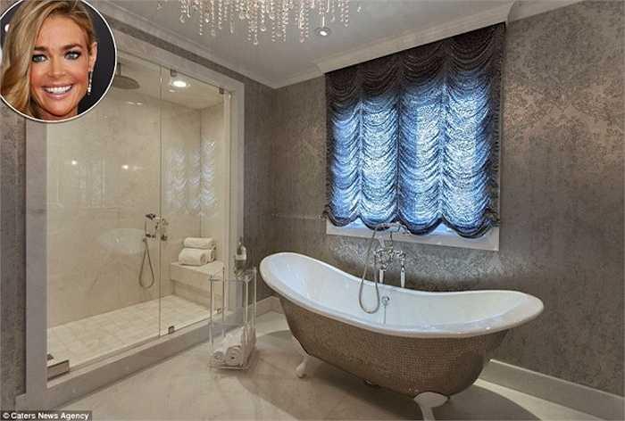 Phòng tắm củaDenise Richards bên trong nhà riêng ở Los Angeles của cô được trang trí lộng lẫy, bên ngoàibồn tắm látnhiều mảnh gốm nhỏ,phía trên là bộđèn chùm đắt tiền. Nữ diễn viên 44 tuổi còn lắp thêm rèm mành để khiến mọi thứ trong phòng trở nên lấp lánh hơn vào ban ngày.