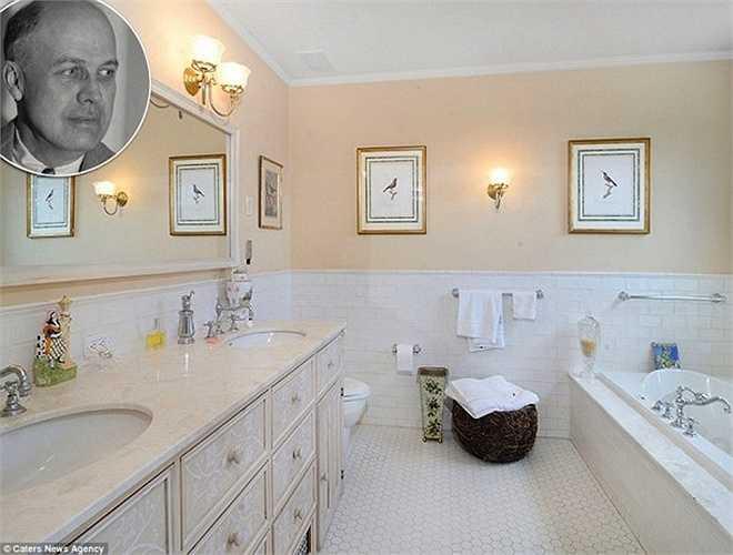 Phòng tắm mang phong cách cổ điển,sang trọng thuộcngôi biệt thự Victorian ở Nyack, New Yorkcủanghệ sĩ đương đạinổi tiếng Edward Hopper. Toàn bộ phòng tắm được lát đá cẩm thạch, cáchbài trí lấy cảm hứng từ bức tranh nổi tiếng của ông 'Pretty Penny''.
