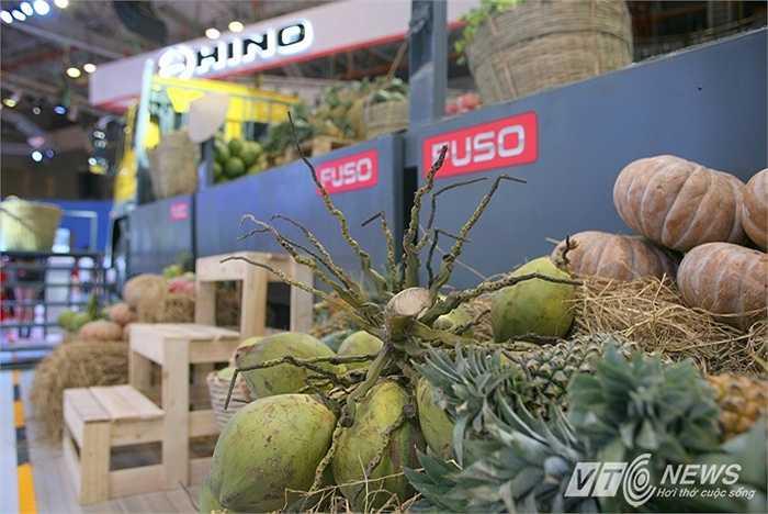 Khoảng hai chục loại nông sản như bí ngô, dừa, thóc lúa, khoai sắn...được mang đến triển lãm trưng bày, làm nổi bật chiếc xe tải đa dụng Fuso.