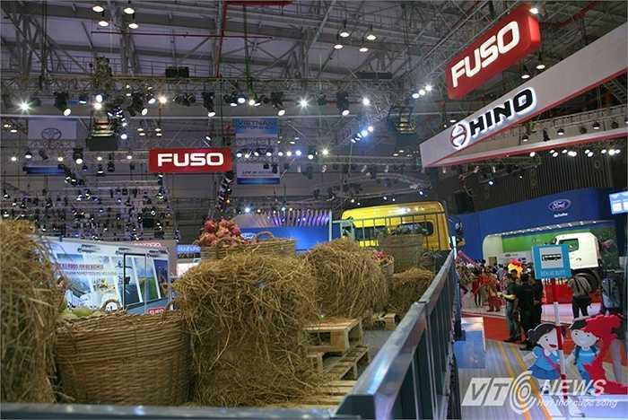 Chăm chút cho hình ảnh của gian trưng bày, các hãng xe tải mong muốn làm mới hình ảnh và thương hiệu xe tải, vốn to lớn kềnh càng và khó trưng bày tại các cuộc triển lãm. (Quốc Lâm)