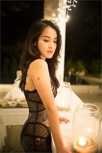 Tú Vi chọn cho mình một trang phục vô cùng sexy cho bữa tiệc tối.
