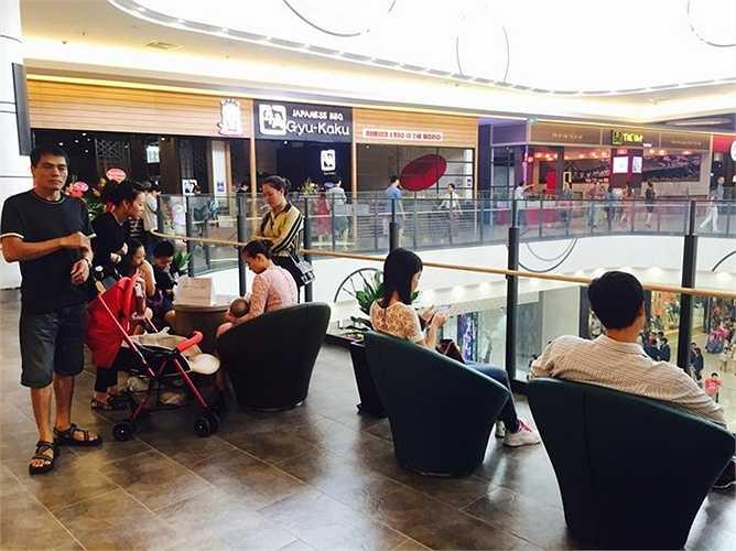 Tại Aeon Long Biên, khách tham quan, mua sắm thích thú với những không gian nghỉ chân 'sang chảnh', tiện dụng