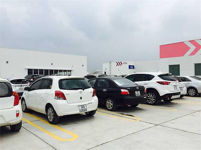 Thêm nữa, khách đến mua sắm cũng cảm nhận được không gian thiên nhiên khi bãi đỗ xe ô tô được thiết kế mở trên tầng thượng của trung tâm thương mại