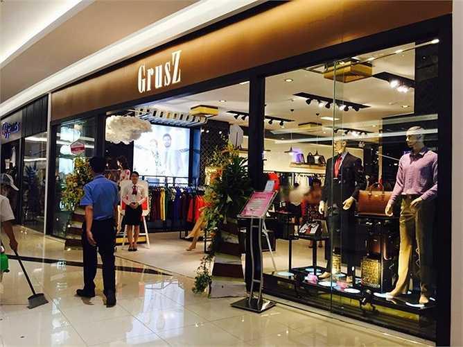 Đặc biệt, những thương hiệu cao cấp của Việt Nam cũng có những thiết kế phong cách, ấn tượng. Đây là gian hàng thứ 5 của nhãn hàng thời trang cao cấp GrusZ thứ 5 tại Hà Nội.Eternity GrusZ được xem là dòng sản phẩm thời trang cao cấp với thiết kế đặc biệt, bài trí trong không gian mua sắm hiện đại, gam màu chủ đạo của những viên hổ phách lấp lánh trong sa mạc cát cháy châu Phi, được kỳ vọng mang đến cho khách hàng một sự trải nghiệm, một đẳng cấp của một thương hiệu thời trang quốc tế