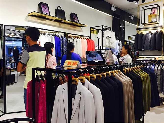 Mặc dù sẽ được khai trương từ 3/11 tới nhưng gian hàng vẫn được đông đảo khách tham quan, mua sắm ghé thăm do thực sự ấn tượng với phong cách thiết kế của thương hiệu thời trang Việt chất lượng cao này