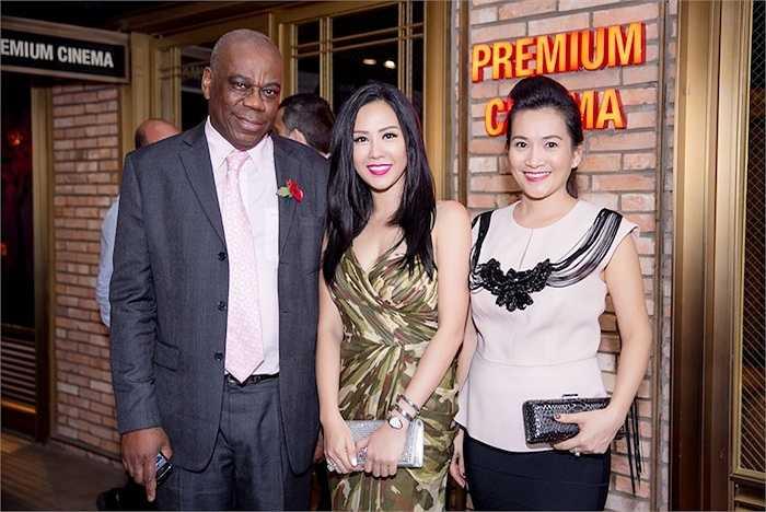 Hoa hậu Thu Hoài đến dự cùng 'bà xã Bình Minh' là Anh Thơ. Anh Thơ vừa là khách hàng vừa là người bạn rất thân của hoa hậu Thu Hoài từ trước đến nay. Trên thảm đỏ, hoa hậu Thu Hoài còn có dịp trò chuyện và chụp ảnh cùng ngài Douglas Barnes là Tổng lãnh sự quán Anh tại Thành phố Hồ Chí Minh.