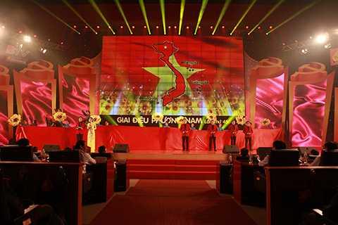 Buổi biểu diễn có sự tham gia của các nghệ sỹ hàng đầu Việt Nam như NSƯT Tạ Minh Tâm, NSƯT Vân Khánh, ca sĩ Mỹ Linh, Trọng Tấn, Trang Nhung...