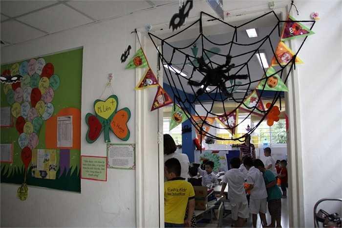 Không gian trường lớp cũng được trang trí theo chủ đề Halloween