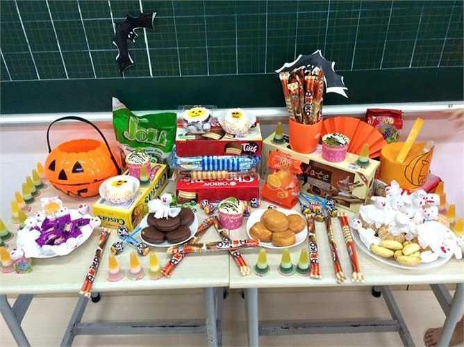 Sau khi phá cỗ liên hoan, học sinh kéo nhau qua các lớp khác và cùng hô vang những lời xin kẹo bằng tiếng Anh trong tâm trạng đầy thích thú.