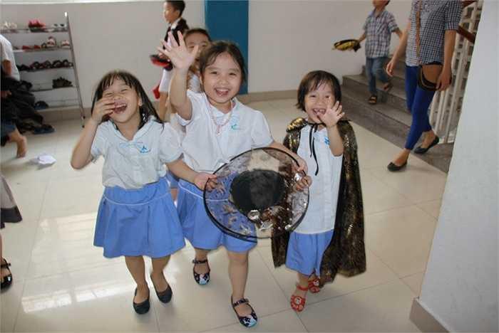 Niềm vui rạng rỡ trên mỗi nét mặt trẻ thơ.