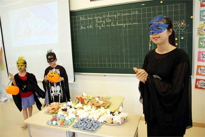 Các thầy cô giáo cũng hào hứng nhập vai, hòa cùng niềm vui với học sinh.
