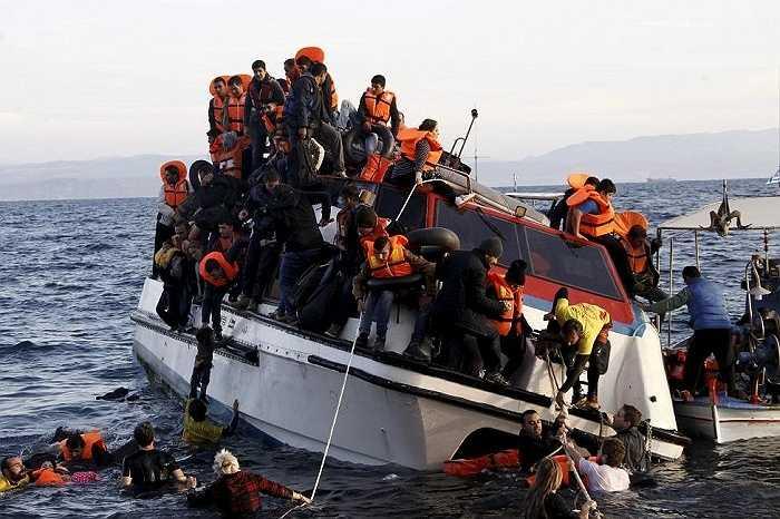 Những người tỵ nạn chen nhau nhảy khỏi chiếc thuyền sắp chìm. Tối 29/10, 2 chiếc thuyền người tỵ nạn bị đắm gần đảo Kalymnos và Rhdos của Hy Lạp khiến ít nhất 22 người thiệt mạng