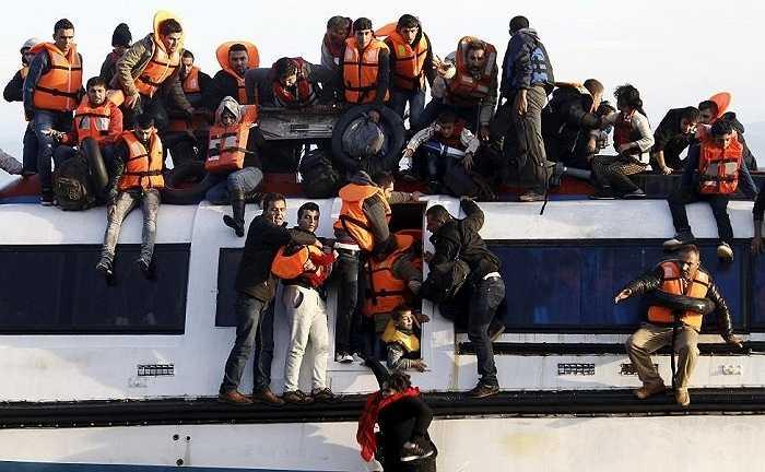 Những người tỵ nạn cố bám víu trên con thuyền chờ cứu hộ