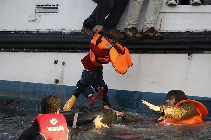 Cảnh tượng khiến nhiều người rơi nước mắt về hành trình vượt biển của những em bé Syria. Nhiều em bé đã không thể sống sót sau quãng đường gian nan