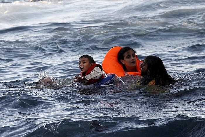 Cậu bé kêu gào cần sự giúp đỡ để lên thuyền cứu hộ