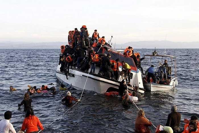 Đoàn người tỵ nạn luống cuống trên con thuyền sắp chìm