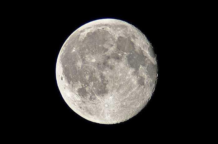 1. Mặt trăng có thể là người em song sinh của Trái đất. Theo nghiên cứu, của nhà thiên văn Allesandra Mastrobuono-Battisi thuộc trường ĐH Israel, Haifa thì Trái đất và Mặt trăng thực chất là anh em sinh đôi. Sự khác biệt giữa các hợp chất trong lớp đất đá rất nhỏ và cũng rất khó phát hiện, nhưng chúng đích thực tồn tại. Những khám phá về Mặt trăng khiến các nhà khoa học luôn tò mò tìm hiểu.