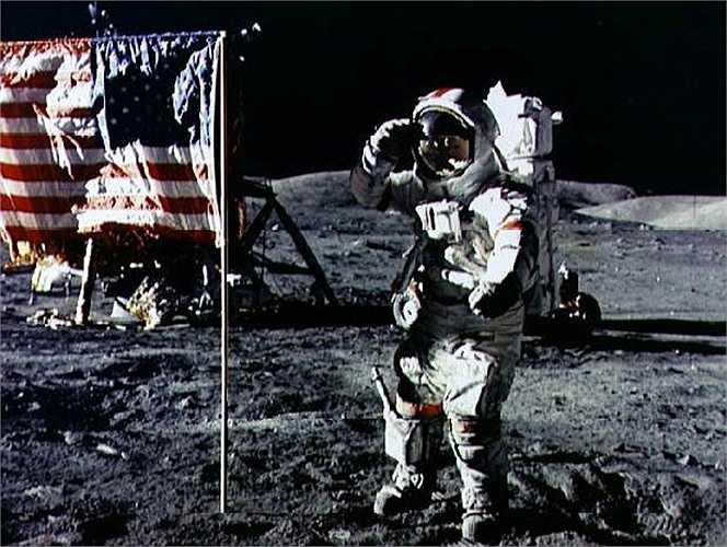 4. Bóng ở trên Mặt trăng tối hơn Trái đất. Theo các nhà phi hành gia, họ đã phát hiện một điều kỳ thú khi lần đầu tiên đặt chân trên Mặt trăng, đó là họ nhận thấy cái bóng của họ có bóng tối hơn nhiều so với bình thường, thậm chí là đen kịt. Vấn đề này cũng gây nhiều trở ngại cho công tác nghiên cứu.