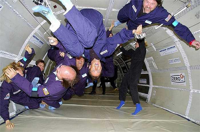6. Trọng lực yếu không hề thú vị. Mọi người có thể thấy rằng ở một nơi có trọng lực yếu là rất thú vị, vô tình dậm nhẹ chân cũng có thể bay cả vài mét lên không trung nhưng đối với các phi hành gia, điều đó không hề dễ chịu, đặc biệt là trong những ngày đầu thăm dò không gian.