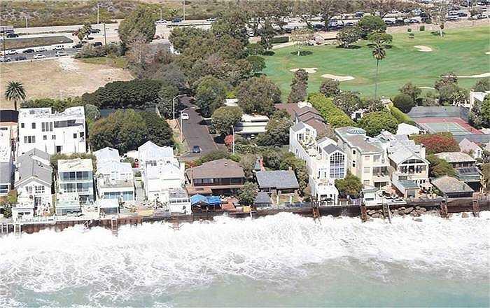 Những căn nhà ở vị trí tuyệt đẹp bên bờ biển đang phải chịu cảnh nước biển áp sát. Các bờ kẻ mỏng manh không thể chống lại với mức nước đang lên cao hơn mỗi năm