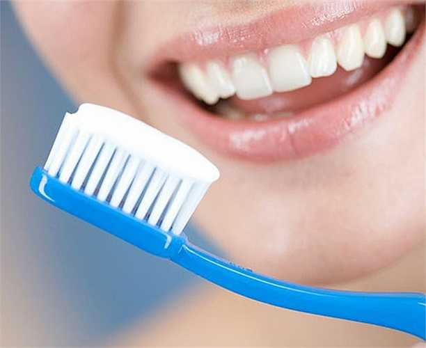 Thói quen bỏ đánh răng buổi tối cũng thường gặp ở nhiều người. Không đánh răng buổi tối khiến mảng bám răng bị vôi hóa dễ gây sâu răng.