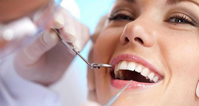 Đánh răng quá mạnh và quá kỹ có thể giúp loại bỏ các mảng bám trên răng nhưng khi quá mạnh tay, bạn sẽ khiến lợi bị kích ứng, răng trở nên nhạy cảm với nhiệt độ lạnh và làm mòn dần men răng.