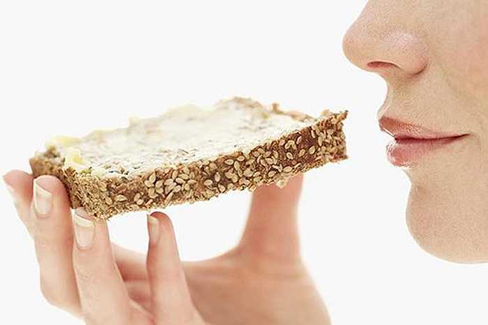 Tinh bột trong bánh mì, mì ống và bánh quy sẽ nhanh chóng chuyển hóa thành đường, tạo điều kiện thuận lợi cho vi khuẩn trong miệng phát triển gây sâu răng.