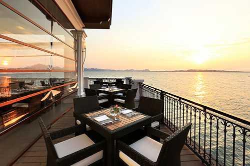 Nhà hàng nổi trên vịnh