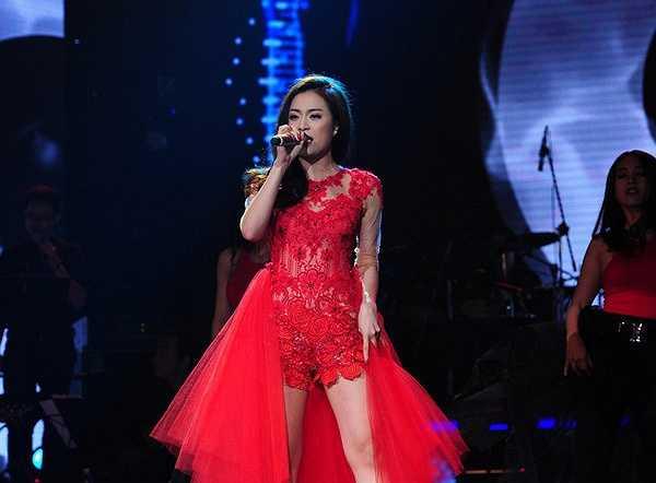 Nàng ca sĩ say sưa trong những bản tình ca với dáng vẻ gợi cảm. Phần thân áo ren kết hợp với voan trùm bay bổng.