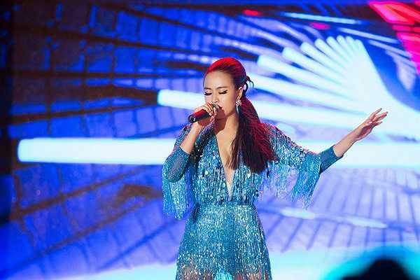 Nàng ca sĩ Hà Nội lộng lẫy với suit xanh nước biển. Không chỉ gây chú ý bằng dáng suit ngắn mà còn hút mắt với chi tiết tay áo.