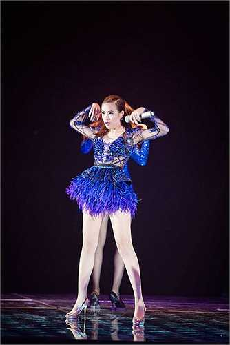 Những kiểu váy của Hoàng Thùy Linh làm bừng sáng sân khấu. Sắc xanh coban bắt sáng nổi bật dưới ánh đèn.