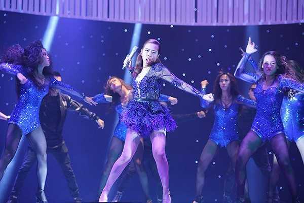Sức hút của nữ ca sĩ lan tỏa theo những vũ điệu, đường cong và phục trang bắt mắt.