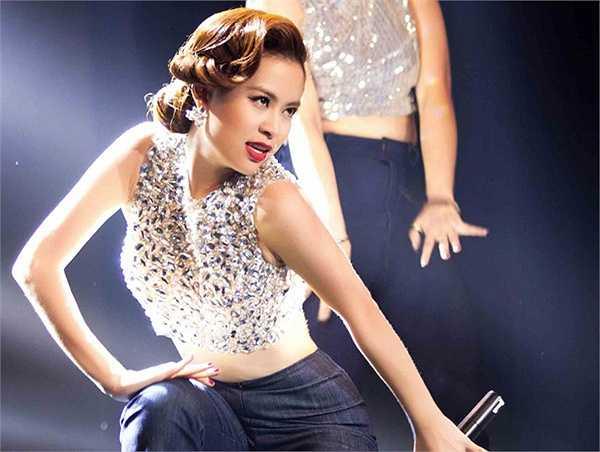 Sequins, đính đá luôn là trợ thủ đắc lực cho thời trang sân khấu của giọng ca Hà Nội.
