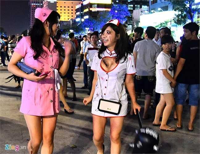 Hưởng ứng lễ hội Halloween đêm 31/10, hai cô gái Nhật Bản đang có mặt ở TP HCM đã hóa trang trên mình hình thù kinh dị để tham gia với các bạn trẻ người Việt trên phố đi bộ Nguyễn Huệ.