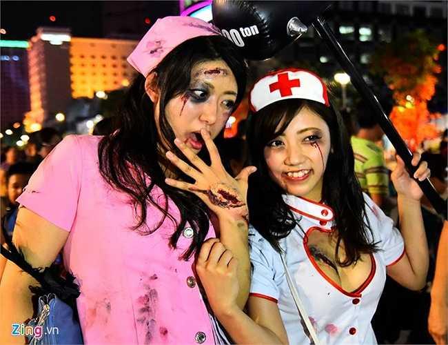 Hauro (áo trắng, 24 tuổi) cùng bạn đi du lịch ở Việt Nam vừa đúng vào dịp lễ Halloween.