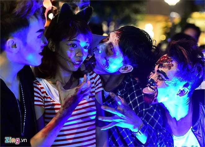Nhóm thanh niên thích thể hiện những động tác nhằm tăng thêm sự kinh dị và rùng rợn