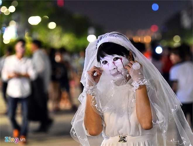 Chị Phụng (40 tuổi, ngụ quận 5) cùng tham gia lễ hội hóa trang với các bạn trẻ. 'Tôi tự hóa trang cho mình thành nhân vật cô dâu, cùng tham gia hưởng ứng với các bạn trẻ cho vui', chị nói. (Nguồn: Zing)