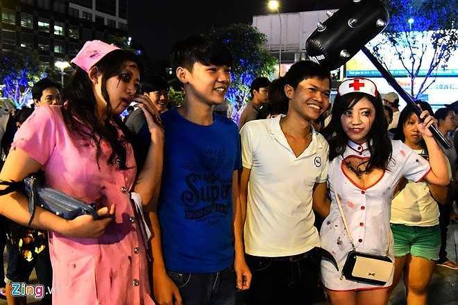 Hai cô gái thu hút sự chú ý của các bạn trẻ người Việt. Nhiều người xin chụp hình chung cùng Hauro để làm kỷ niệm.