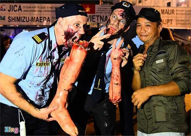 Anh Matt (người Mỹ) cùng các bạn mặc trang phục bảo vệ đẫm máu mang theo các cánh tay và chân giả để hù dọa mọi người.