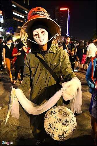 Các bạn trẻ người Việt nhiệt tình hưởng ứng đêm hội trên phố đi bộ. Trong ảnh: Một nam thanh niên hóa trang theo phong cách Nhật Bản.