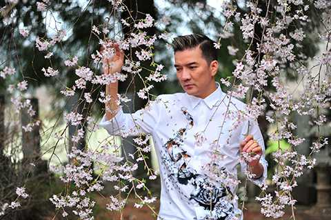 Là một nghệ sĩ nổi tiếng nhưng ông hoàng nhạc Việt lại có một cuộc sống đời tư khá kín tiếng và có phần thiên về nội tâm. Điều đó đã được anh thể hiện qua các ca khúc mang đậm chất tự sự và những bản tình ca sâu lắng trong album Khắc.