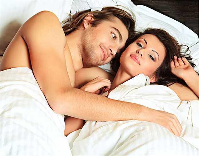 Giúp bạn giảm căng thẳng: Khi bạn ngủ với người mà bạn yêu thương, có một kết nối cơ thể. Kết nối mạnh mẽ này giúp làm dịu tâm trí và làm giảm mức độ căng thẳng ở bạn. Làm tình và âu yếm là cách tốt nhất tự nhiên để giảm stress.