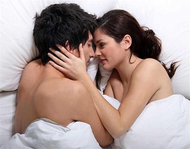 Nó cung cấp hơi ấm: Khi bạn ngủ với một người nào đó, các cơ quan có sự liên kết. Cảm hứng này tạo ra sự ấm áp và do đó nó tốt cho tuần hoàn máu. Hơi ấm từ cơ thể khác cũng bảo vệ làn da của bạn và điều này làm ấm tự nhiên.