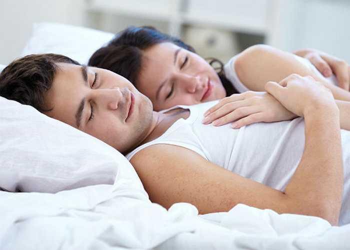 Tăng tuổi thọ: ngủ cạnh một ai đó cũng làm tăng tuổi thọ của bạn. Khoa học cho thấy rằng nghỉ ngơi bên cạnh một ai đó có thể thư giãn não, tim và các cơ quan khác. Thư giãn này làm tăng tuổi thọ của bạn và là liều thuốc tốt nhất.