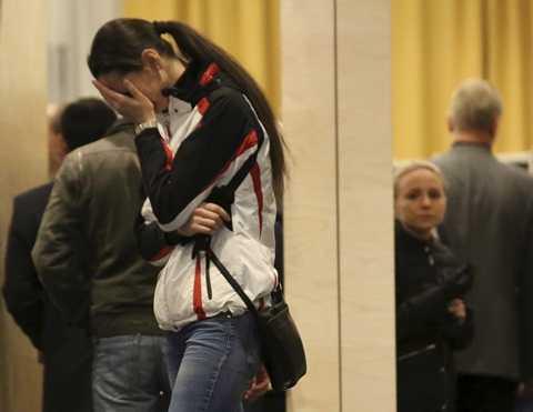 Một thân nhân của hành khách trên máy bay Nga đau khổ sau khi nghe tin
