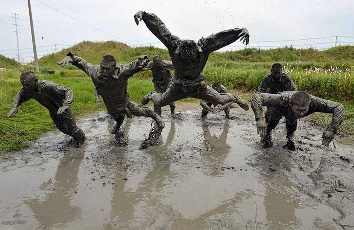 Cảnh sát bán quân sự ở Trung Quốc Đại lục cũng phải tham gia các bài tập vô cùng vất vả, nặng nề. Đây là cảnh tượng họ phải tập luyện dưới bùn